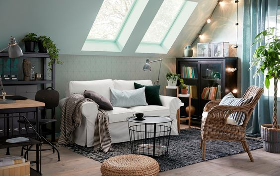 Conseils déco petit salon : le canapé contre un mur