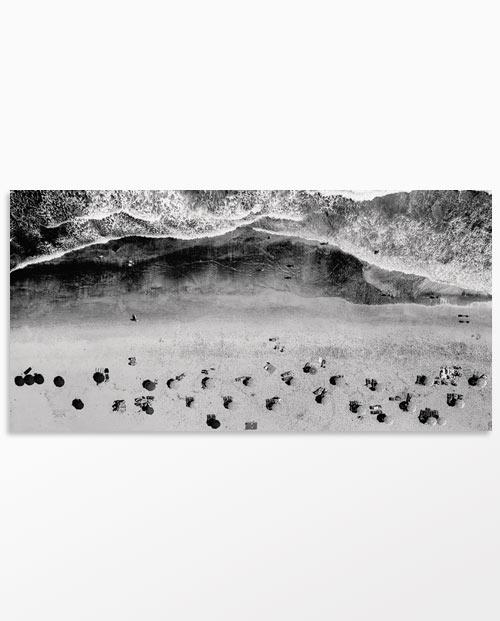 Tableau parasols et océan - Vue du ciel - Photo noir et blanc