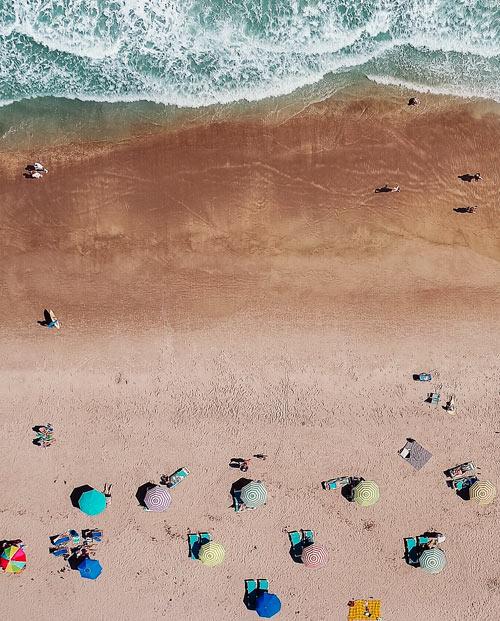 Zoom sur le tableau parasols et océan - Vue du ciel